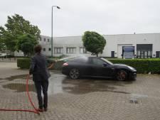 Medewerkers van bedrijf blussen plotseling brandende Porsche in Kaatsheuvel