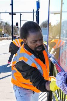 Nigeriaans azc-echtpaar maakt elke dag Station Maarheeze schoon: 'Samen tegen corona'
