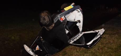 Auto op de kop in de sloot bij eenzijdig ongeval op Rondweg in Zelhem