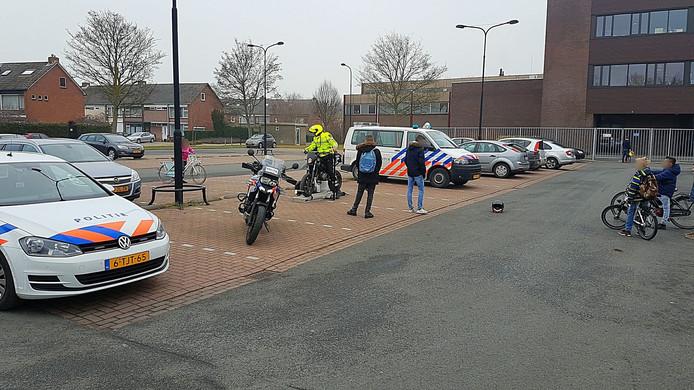 Agenten zetten een brommer op de rollerbank in Terneuzen.