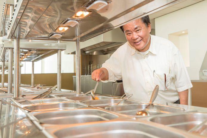 Eigenaar Gé bij het buffet in zijn nieuwe restaurant aan het Tiendenplein.
