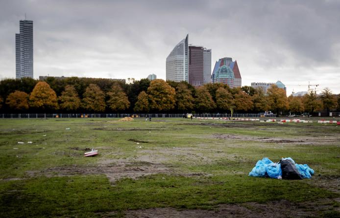 Na het vertrek van de boeren lag op het veld ook veel afval, zoals gebroken glas.
