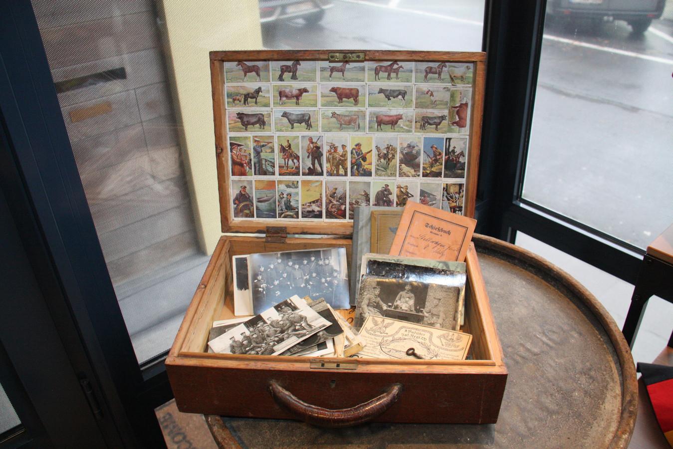 Michael Brinkmann opende in Dorp 3 in Alveringem Militaria Belgium. Dit is een gepersonaliseerde koffer uit de Eerste Wereldoorlog.