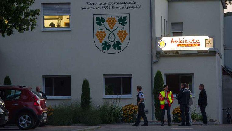 Agenten en reddingswerkers voor de kantine in Dossenheim. Beeld afp