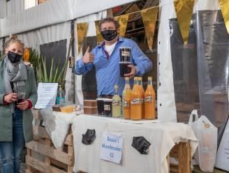 """Zingemse cafébaas maakt van gesloten caféterras een marktkraam: """"Positief en creatief blijven en we komen er wel door"""""""
