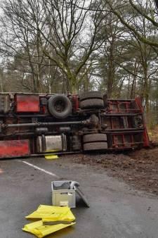 Gekantelde vrachtwagen blokkeert Somerenseweg in Heeze