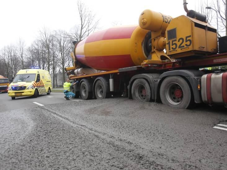 Cementwagen komt niet meer van zijn plek in Eindhoven omdat hij vast staat in zijn eigen cement