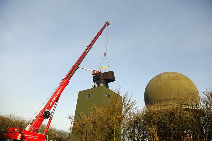 De radar in Wier staat nu op z'n plek. De oude radar, de bol ernaast, verdwijnt.