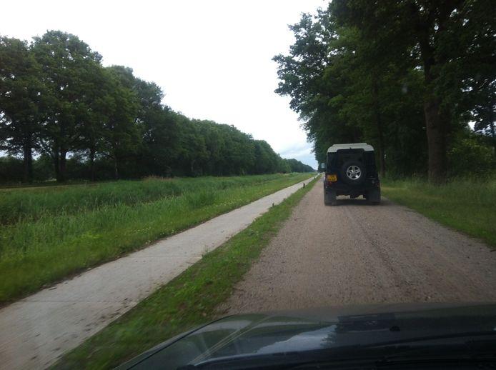 De provincie wil met de afsluiting van de zandwegen langs het kanaal Almelo-Nordhorn onder meer sluipverkeer voorkomen.