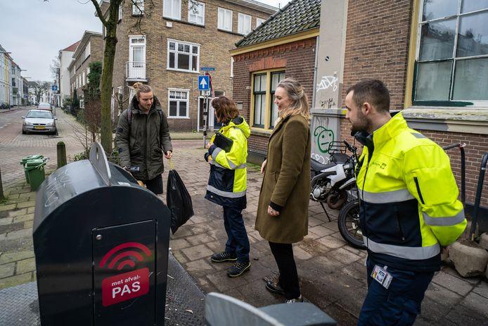 Wethouder Cathelijne Bouwkamp (tweede van rechts) tijdens een eerdere inspectieronde in het Spijkerkwartier in Arnhem in gezelschap van schonebuurtcoaches.