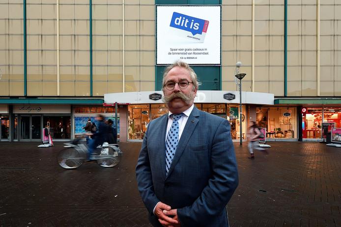 Wethouder Cees Lok in het centrum van Roosendaal. Juist om zijn functioneren in het dossier-binnenstad ligt de wethouder in zijn gemeenteraad onder vuur.
