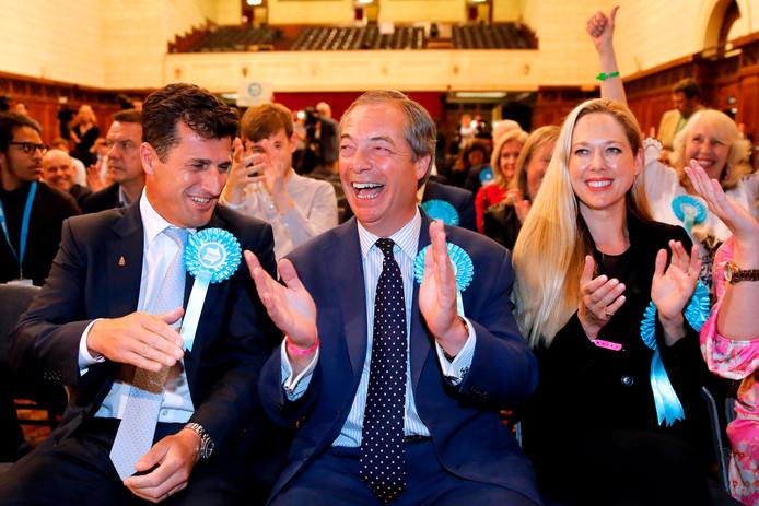 Nigel Farage (midden) is blij met de uitslag van de Europese verkiezingen.