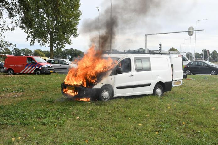 Een busje is flink beschadigd bij een brand op Westsingel in Duiven.
