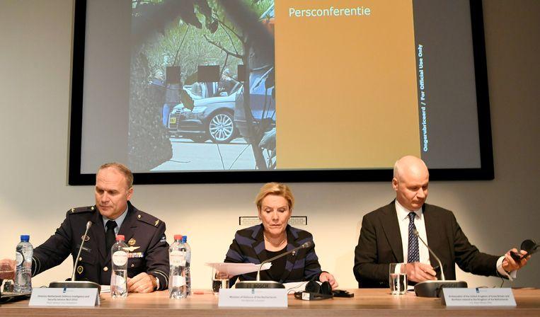 Defensieminister Ank Bijleveld, de baas van de Militaire Inlichtingen- en Veiligheidsdienst, Onno Eichelsheim, en de Britse ambassadeur Peter Wilson tijdens de persconferentie. Beeld null
