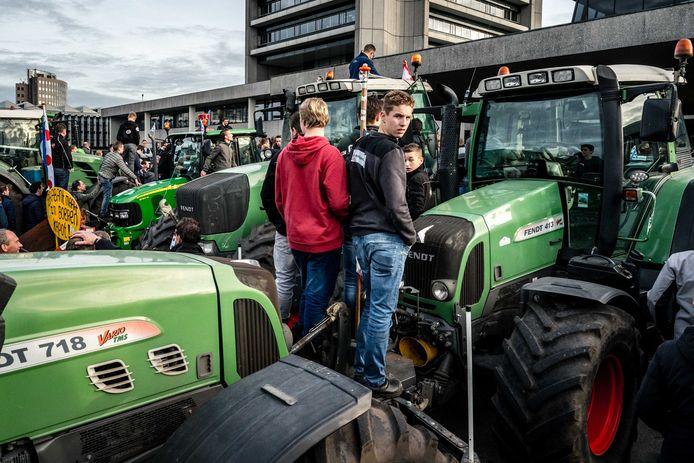 Protesterende boeren bij het provinciehuis.