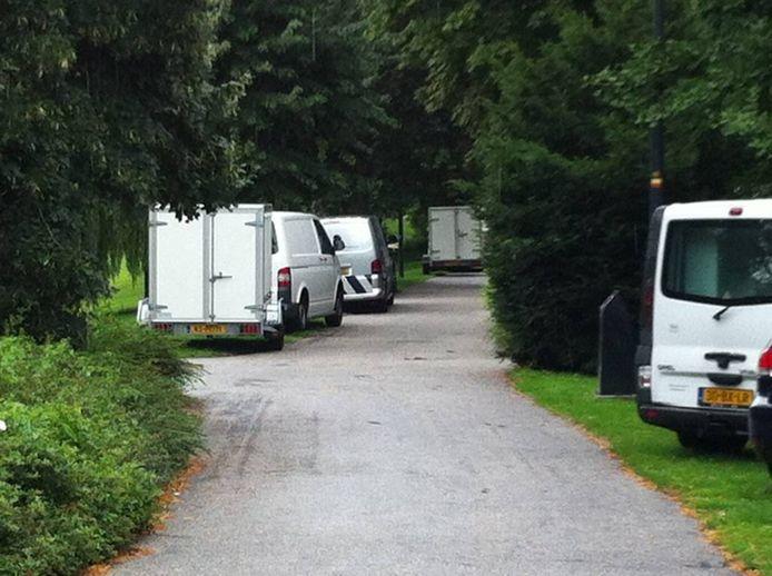 Politiebusjes en busjes van het Nederlands Forensisch Instituut stonden weer in de buurt van het huis in de Koestraat waar mevrouw Tillema woonde.