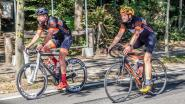 Twee triatleten rijden Tiegemberg 205 keer op en af