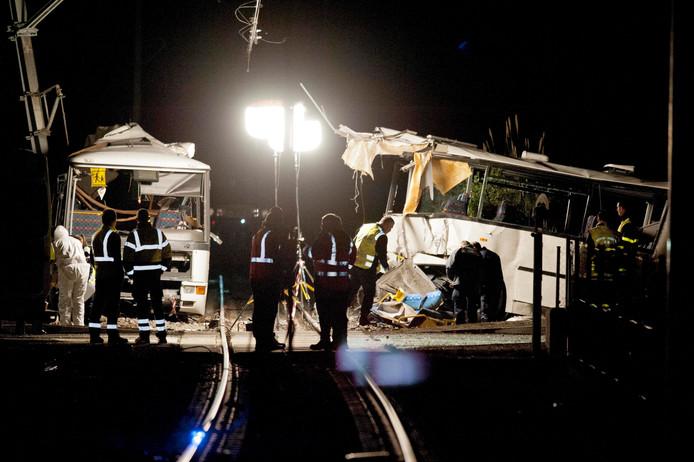 De bus werd in tweeën gehakt door de passerende trein.
