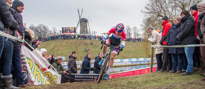 Mathieu van der Poel op weg naar de winst in de eerste Vestingcross in Hulst.