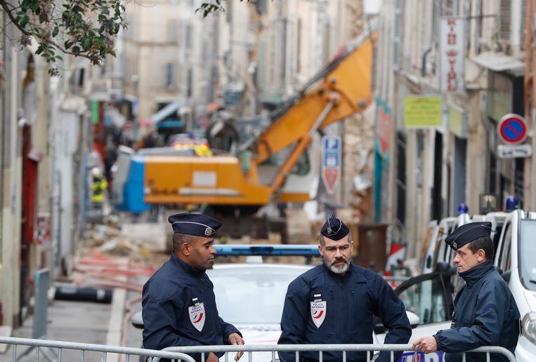 Politie bij de rampplek waarbij maandag acht mensen om het leven kwamen.