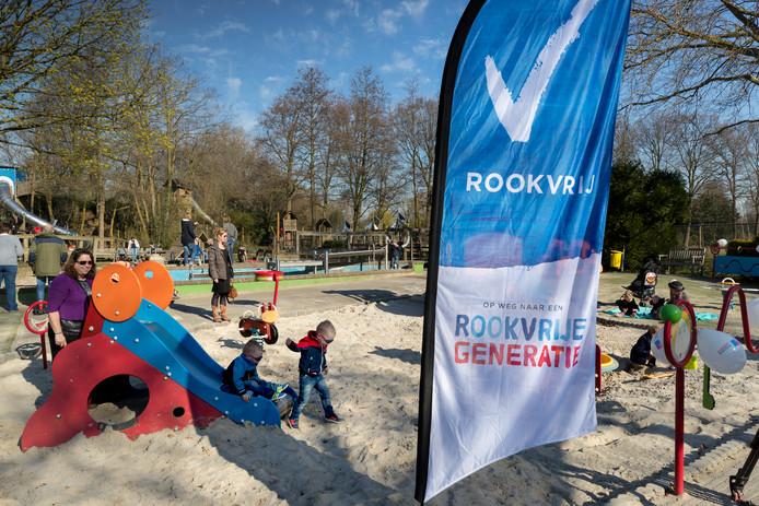 Ook sportvelden moeten nu rookvrij worden , vindt D66
