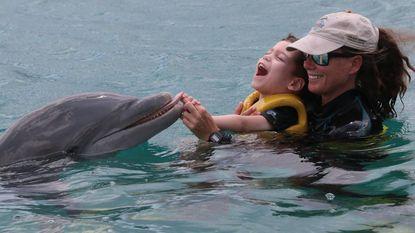 Motoriek van jongen (5) met beperking verbetert aanzienlijk: dolfijnentherapie in Curaçao schot in de roos
