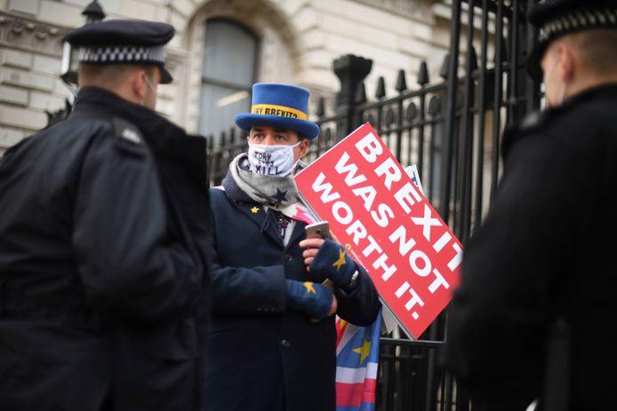 De Britse politie spreekt een anti-brexitbetoger aan op straat in Londen.