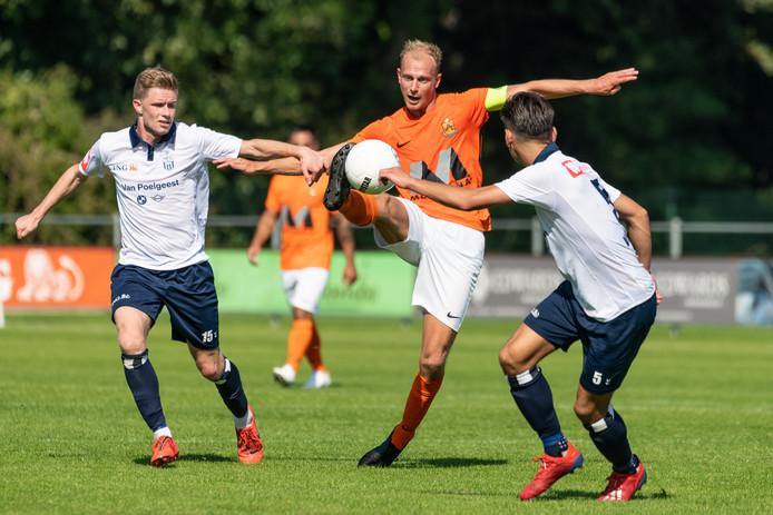 Rob van der Leij moet het opnemen tegen twee tegenstanders, Lars Weistra (links) en Vincent Volkert.