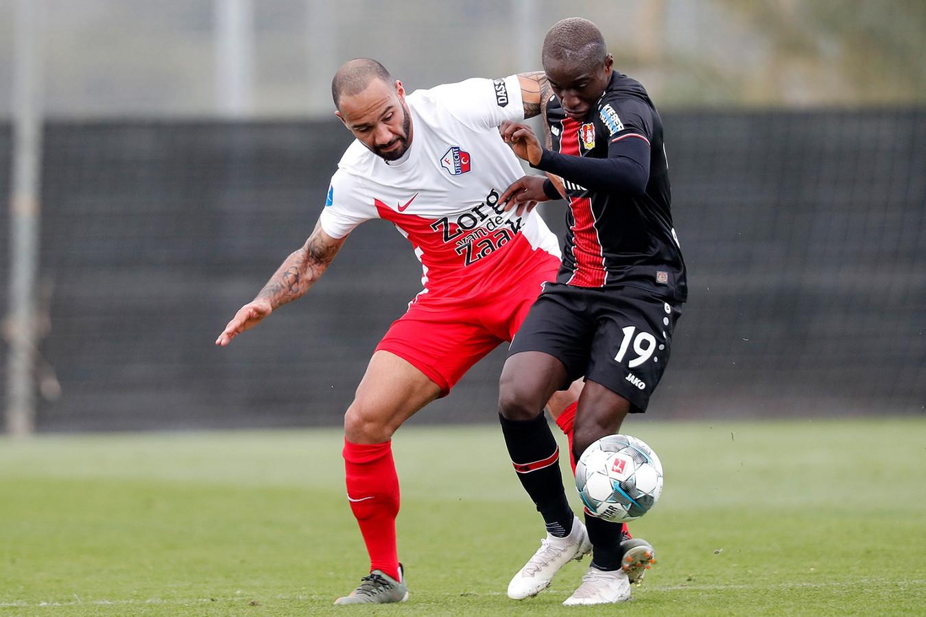 Sean Klaiber in duel met Moussa Diaby van Bayer Leverkusen.