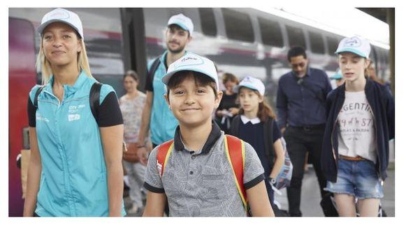 De Franse spoorwegen bieden de dienst 'Junior & Cie' aan waarbij jonge kinderen zonder voogd, maar met een speciale begeleider de treinreis kunnen maken.