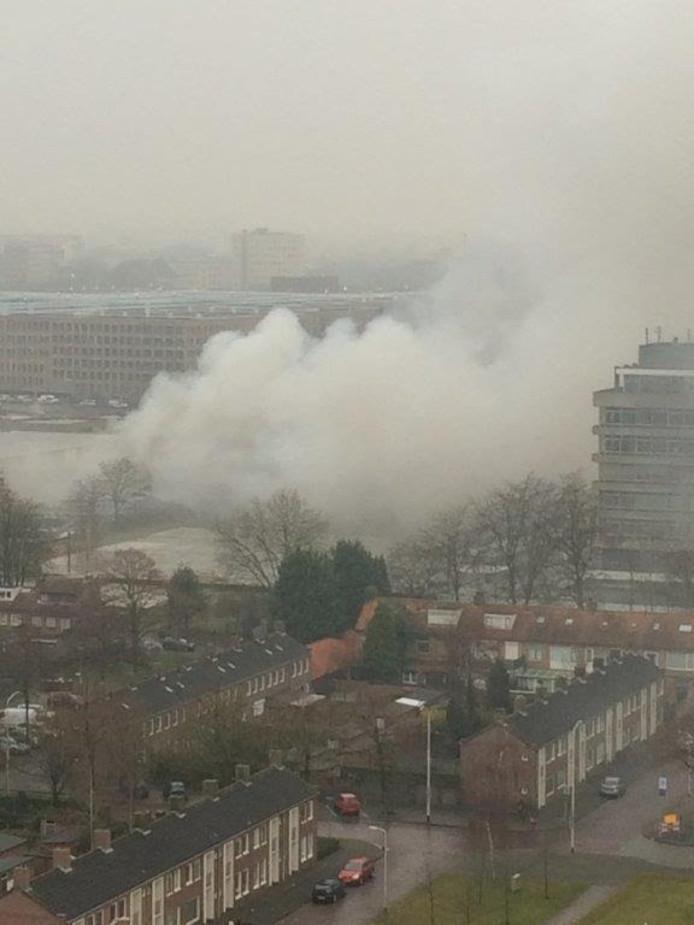 Rookontwikkeling bij brand oude Faam-fabriek.
