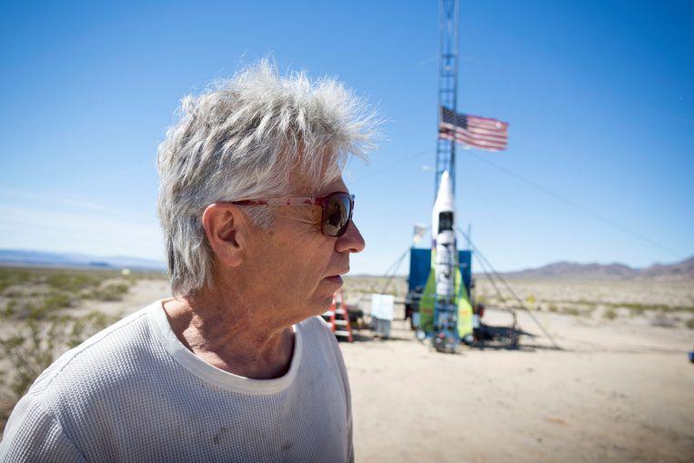 Durfal Mike Hughes in maart 2018 bij zijn zelfgemaakte stoomraket in de Mojavewoestijn. Toen maakte hij een onzachte landing maar was hij 's avonds terug bij zijn katten. Zaterdag liep een nieuwe poging 'om aan te tonen dat de Aarde plat is' fataal af.
