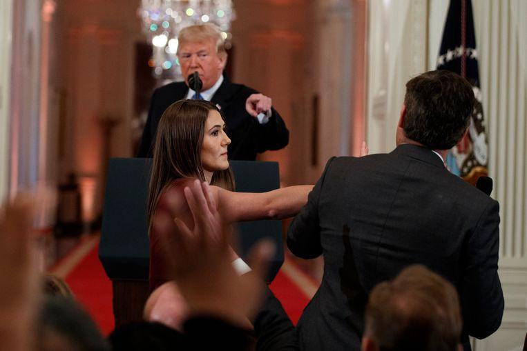 Een medewerkster van het Witte Huis neemt tijdens een persconferentie de microfoon af van CNN-journalist Jim Acosta.