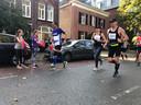 High fives voor de lopers van de hele Marathon Eindhoven op de Tongelresestraat.