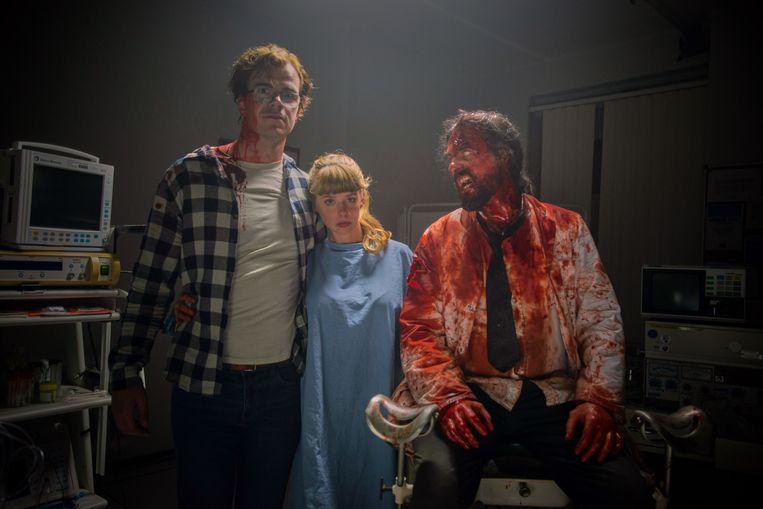Bart Hollanders en Maaike Neuville naast een zombie tijdens de opnames van 'Yummy'.