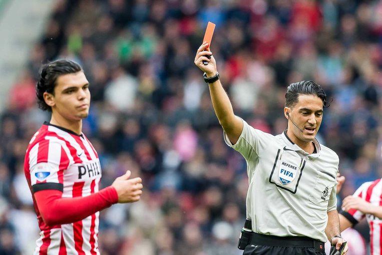 PSV-speler Jeffrey Bruma krijgt rood van scheidsrechter Serdar Gözübuyük. Beeld anp