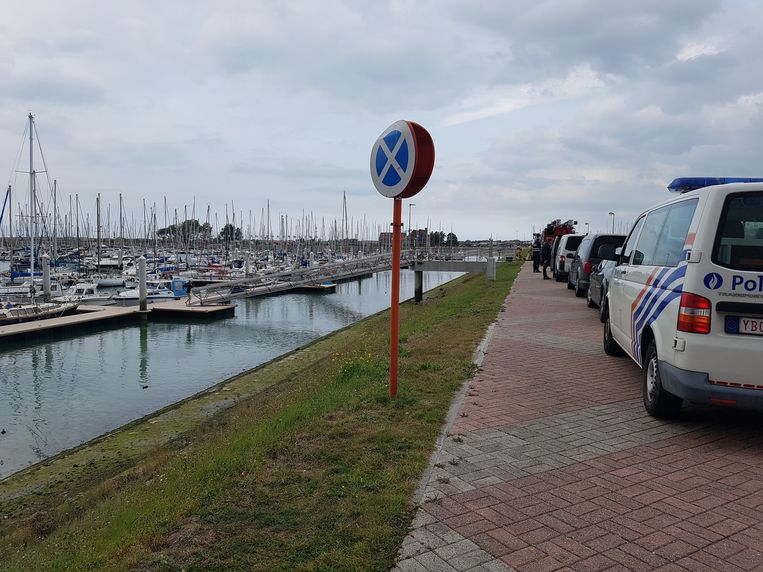 Het lichaam werd aangetroffen tussen twee jachten in het water.