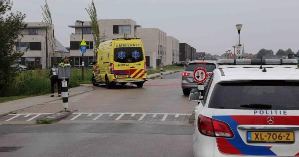 Fietser gewond naar ziekenhuis na botsing met auto in Waalwijk.