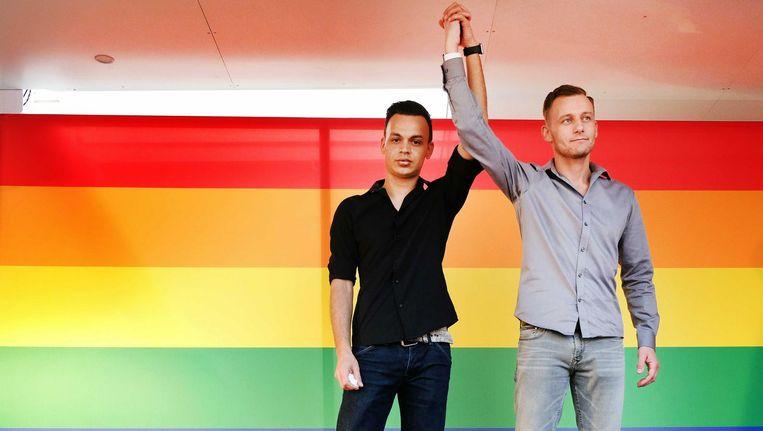 Slachtoffers Jasper en Ronnie tijdens een demonstratie tegen homogeweld. Beeld null