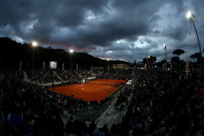 De avond valt in Rome, maar de Deense Caroline Wozniacki en Alison Van Uytvanck uit België staan nog altijd op de baan.