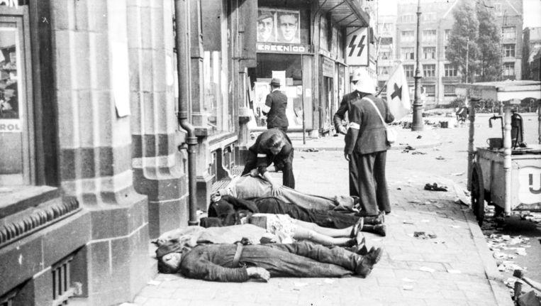 Slachtoffers van de schietpartij op 7 mei 1945 liggen op straat Beeld Jaap Hofman/Stadsarchief Amsterdam
