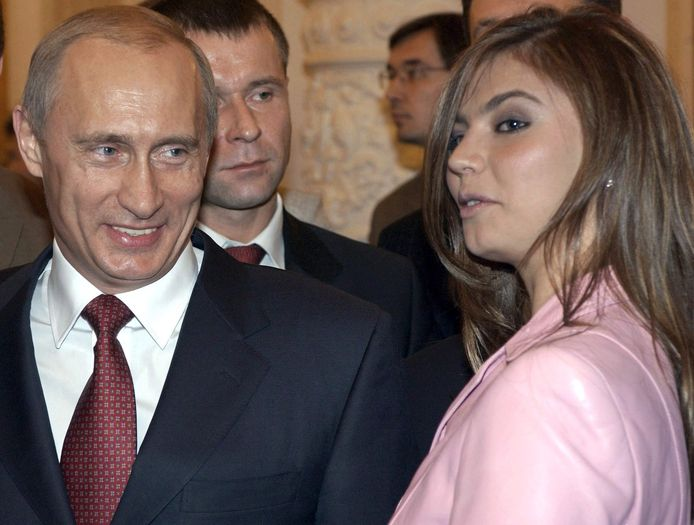 Poetin in 2004 met Alina Kabayeva, volgens onderzoeksjournalisten een van de vrouwen die de Russische president nageslacht zou hebben bezorgd.