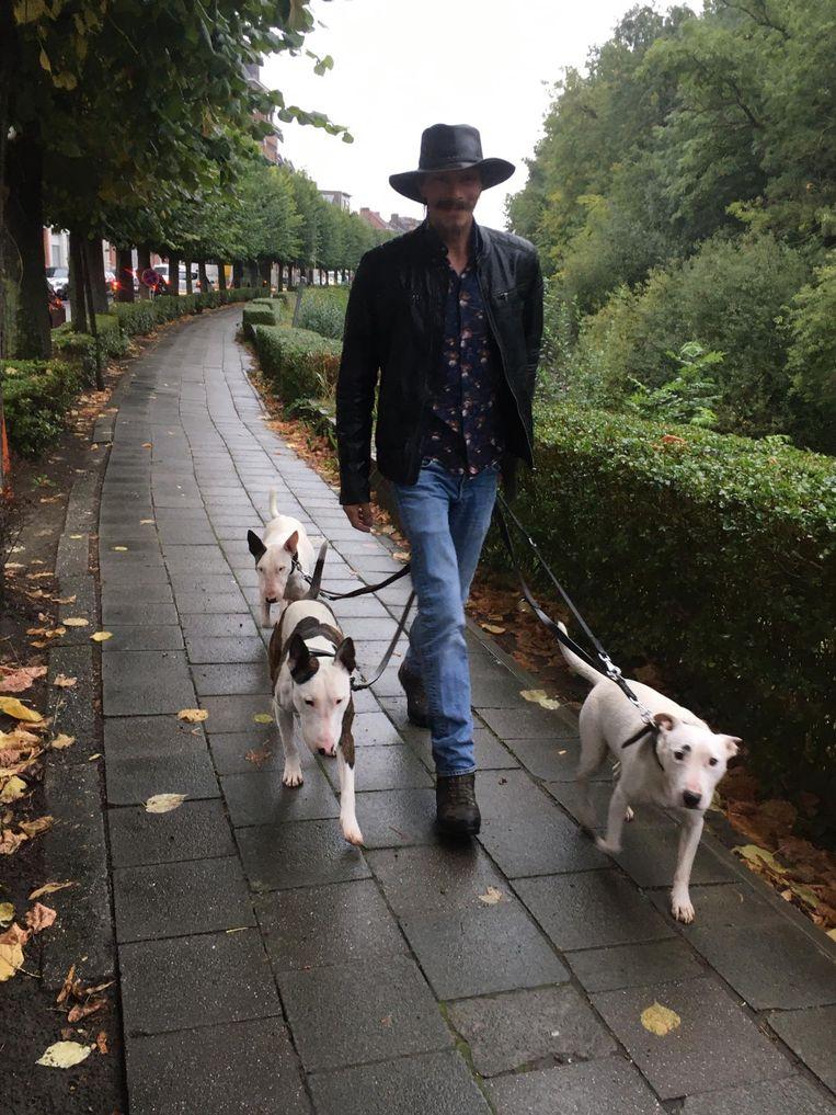 """Ian met Chivas en zijn andere twee honden. """"Ze komen erg goed overeen"""""""
