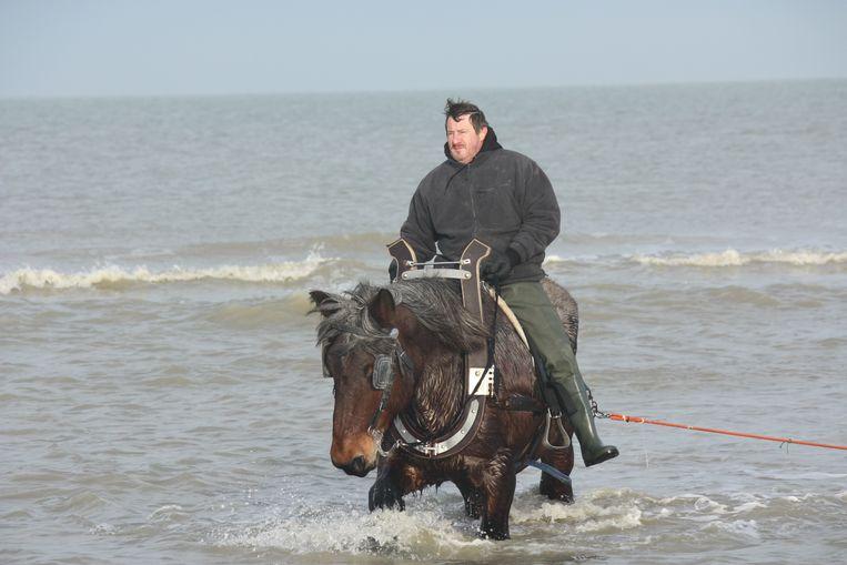 Kristof d'hooghe op zijn paard Lorka tijdens het garnaalkruien in Bredene