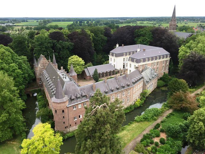 Het kasteel gezien vanaf het Ridderplein. Foto Back to Back reclamestudio