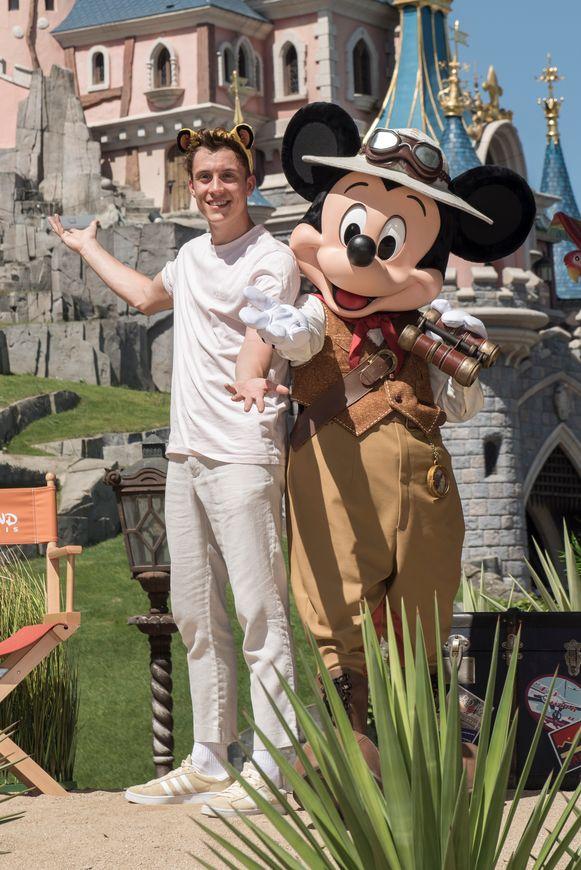 Mickey Mouse - hier met Loic Nottet - trok zijn meest avontuurlijke outfit aan en nam ook een verrekijker mee.