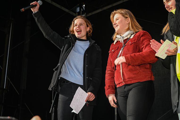 Anuna De Wever en Kyra Gantois vuren het talrijk opgekomen publiek aan.