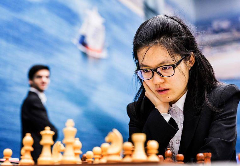 Yifan Hou in actie op het Tata Steel Chess Tournament Beeld Jiri Buller / de Volkskrant