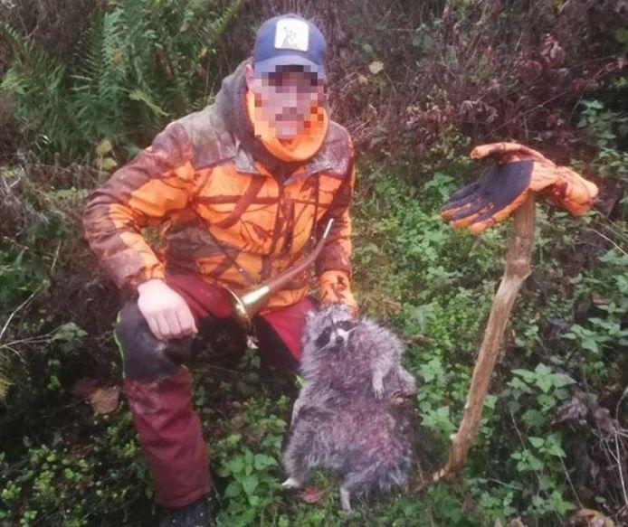 Loïc pose avec un raton laveur qu'il a tué.
