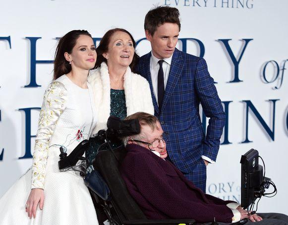 Hawking met zijn eerste vrouw, Jane Wilde, en acteurs Ediie Redmayne en Felicity Jones op de première van 'The Theory of Everything'.
